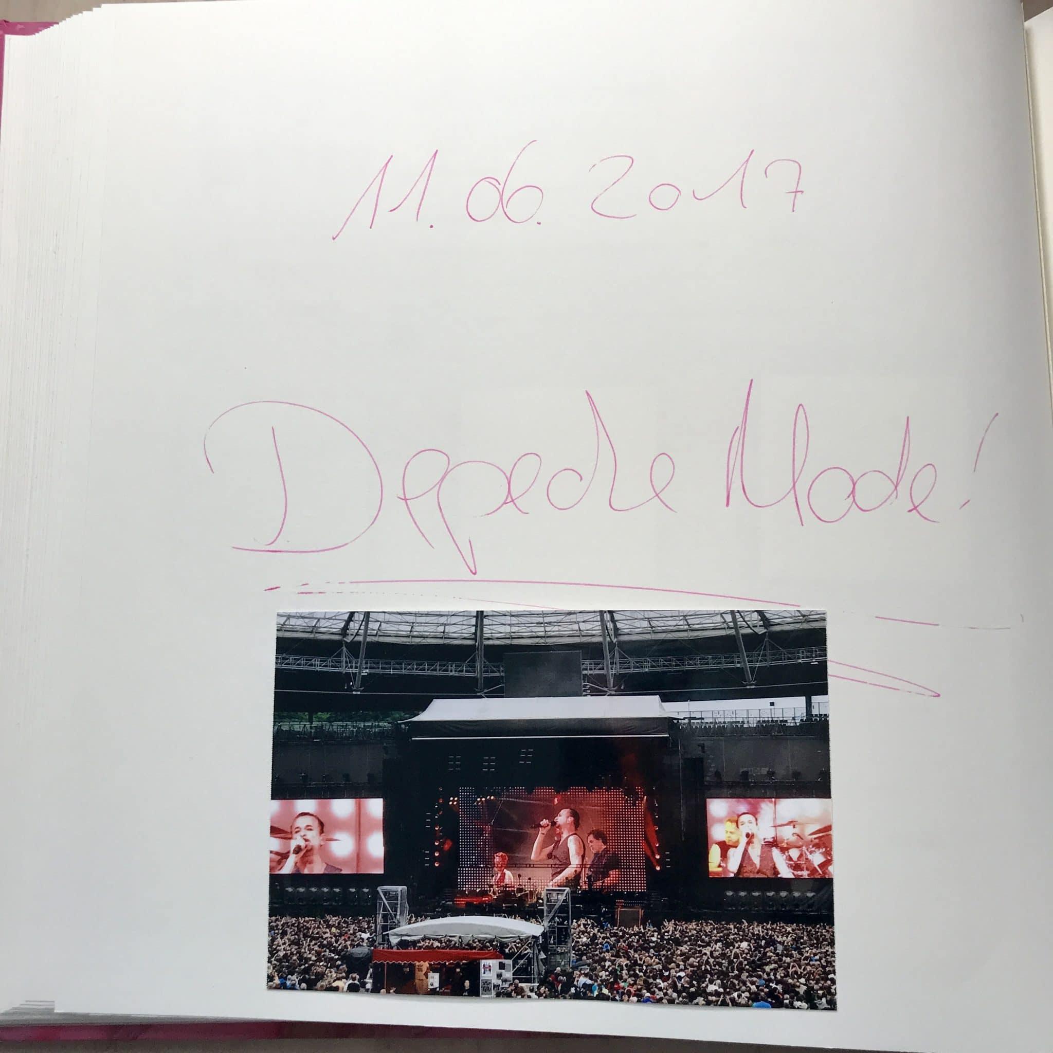 Titelseite der Sektion Depeche Mode mit einem Foto von der Bühne